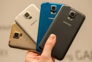 Samsung Galaxy S5 có bốn màu với lớp vỏ điểm chấm mặt sau